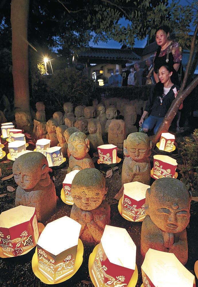 灯籠に照らし出された石仏=金沢市小立野5丁目の如来寺