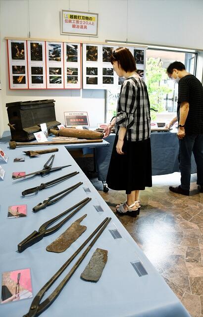 越前打刃物の職人を支える鍛冶道具の展示会=福井県越前市池ノ上町の「刃物の里」