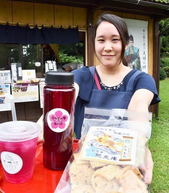 さかい農業女史のメンバーが原料を提供している「赤ちそジュース」。「かきもち」もメンバーの一人が作っている=福井県坂井市丸岡町長崎の称念寺境内