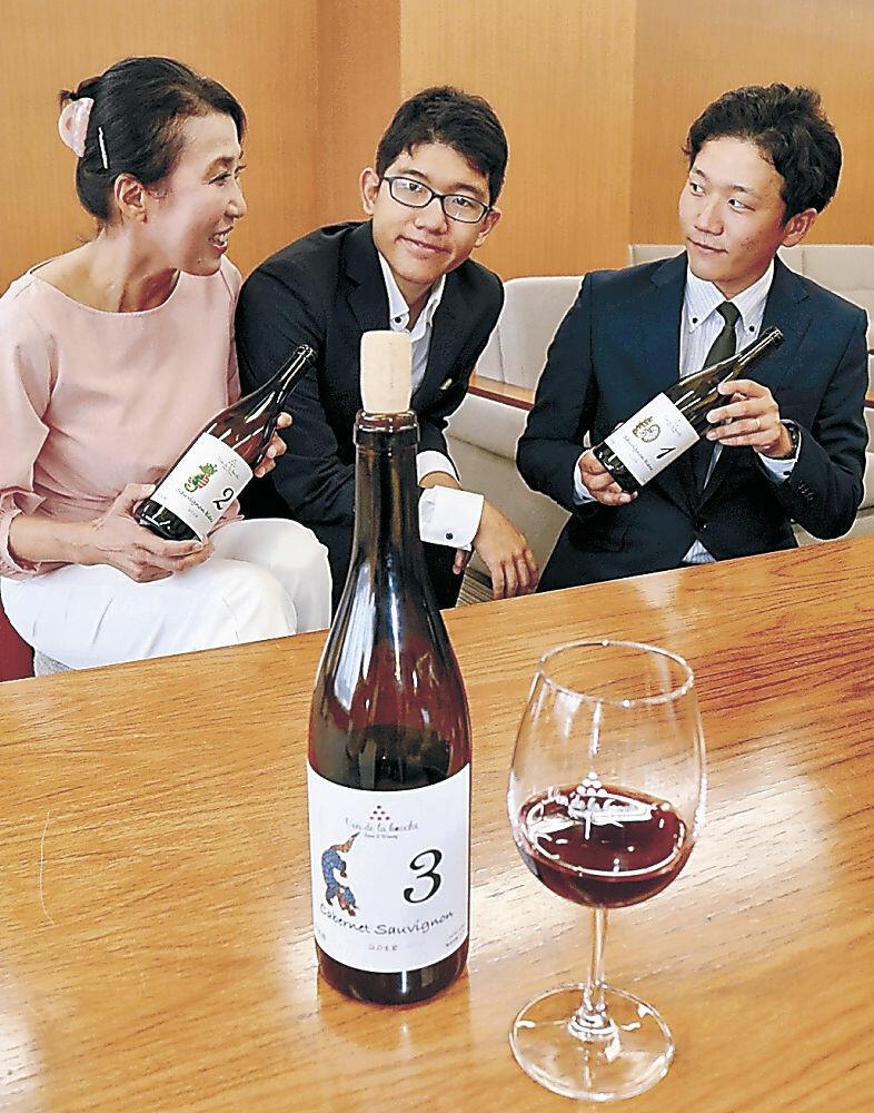金沢産ブドウを使った赤ワインの完成を報告した本多代表取締役(左)=市役所