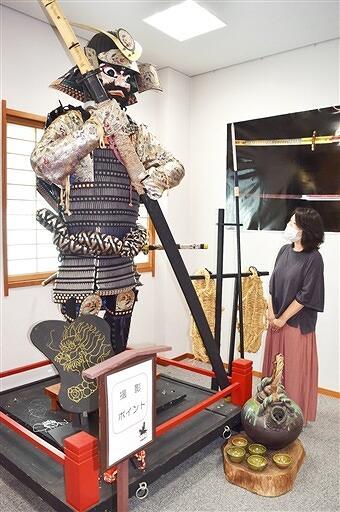 大男だった真柄十郎左衛門の人形が展示されている企画展=8月12日、福井県越前市余川町の万葉館