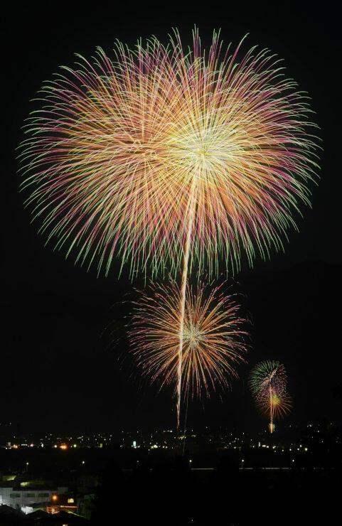 安曇野市内の3カ所で一斉に上がった花火=14日午後7時32分