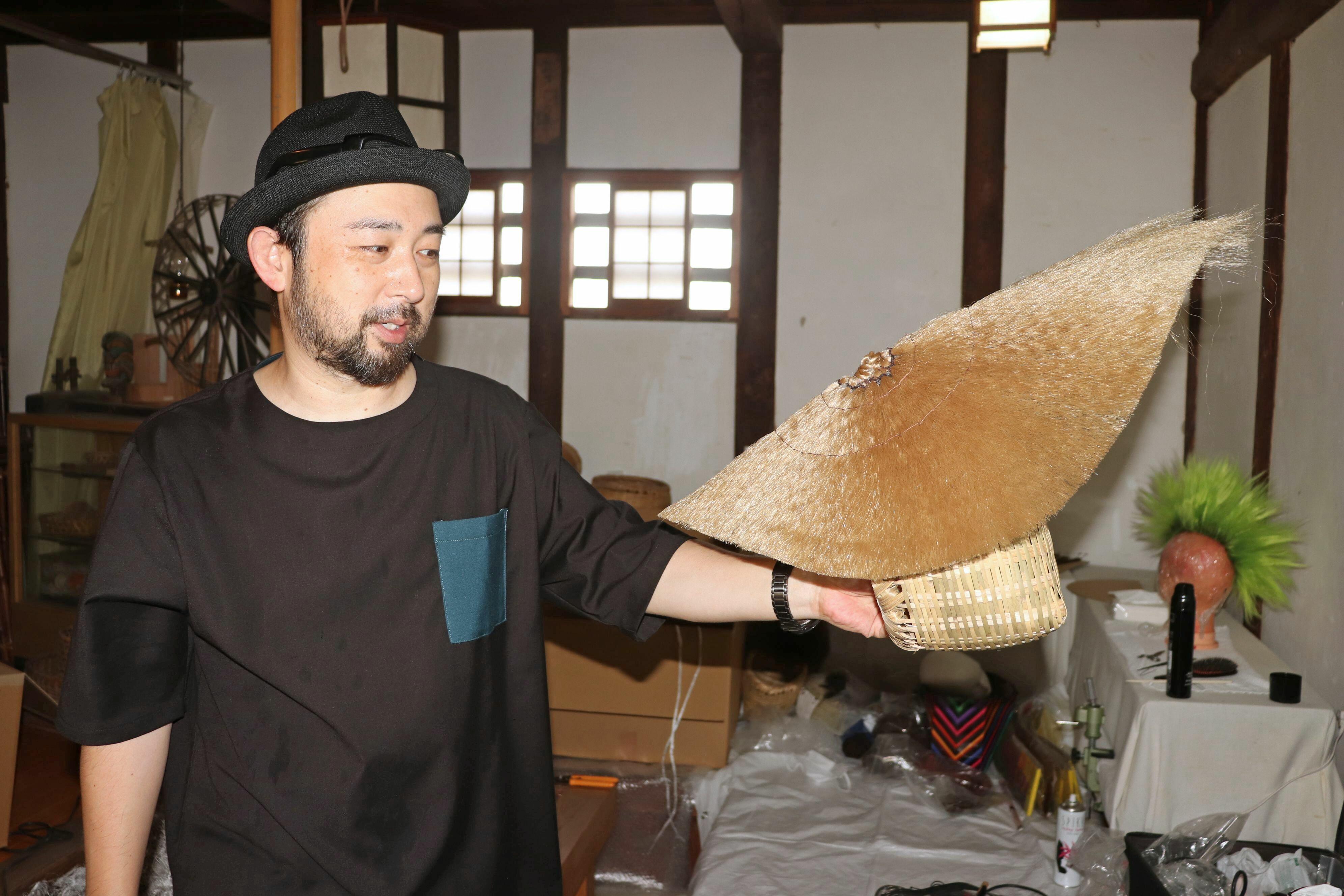 佐渡おけさなどでおなじみの「おけさ笠」をモチーフに手掛けたヘアメーク作品。計良宏文さんは「佐渡の伝統的なものとのコラボによって新境地を開けた」と話した。  previousnext