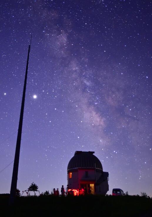 小川天文台の上空に広がる天の川=14日午後8時56分、小川村稲丘