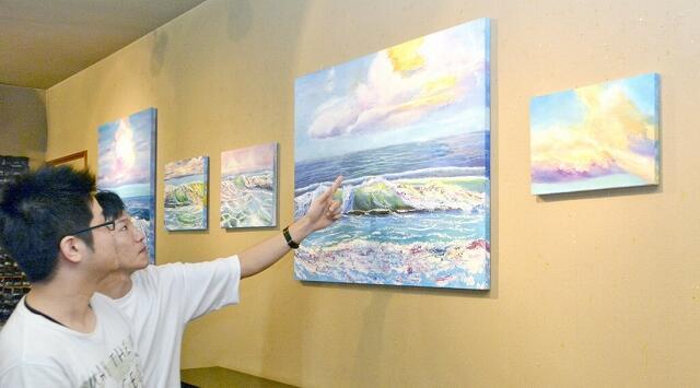海や雲など、生まれ育った福井の自然をベースに心象風景を描いた板垣さんの作品=8月16日、福井県福井市松本1丁目のギャラリーサライ