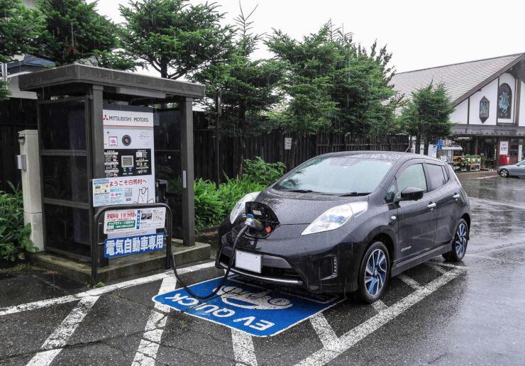 白馬村が村民などに無料で貸し出す電気自動車(EV)と道の駅白馬の充電設備