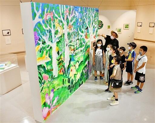大作「みんなの森」を興味深そうに鑑賞する子どもたち=福井県あわら市の金津創作の森美術館