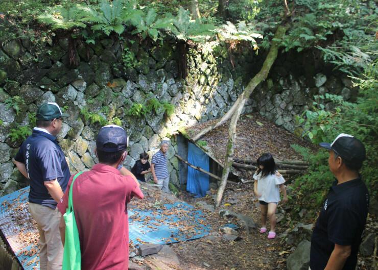 風穴を見学する子どもや保存会会員ら
