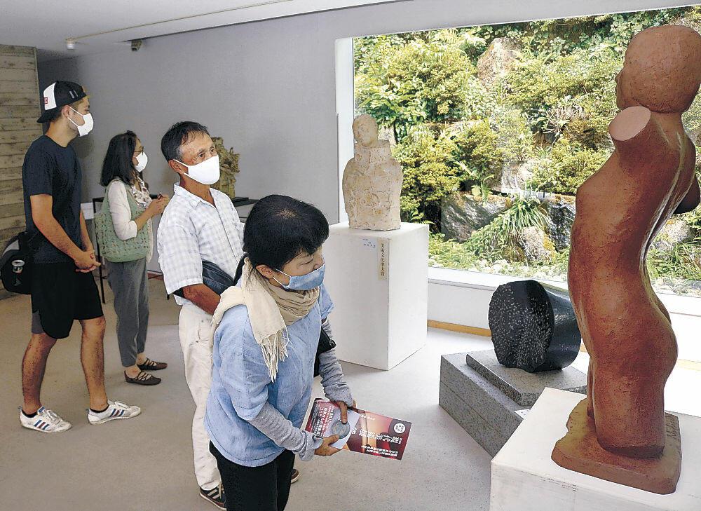 会場に展示された作品をじっくりと鑑賞する来場者=能美市九谷焼美術館「浅蔵五十吉記念館」