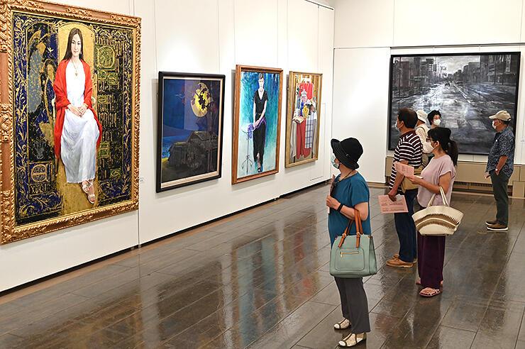 洋画や日本画の大作に見入る来場者=富山市民プラザ