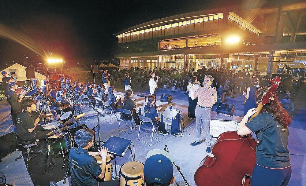 屋外特設ステージで歌声と演奏を披露する出演者=金沢港クルーズターミナル