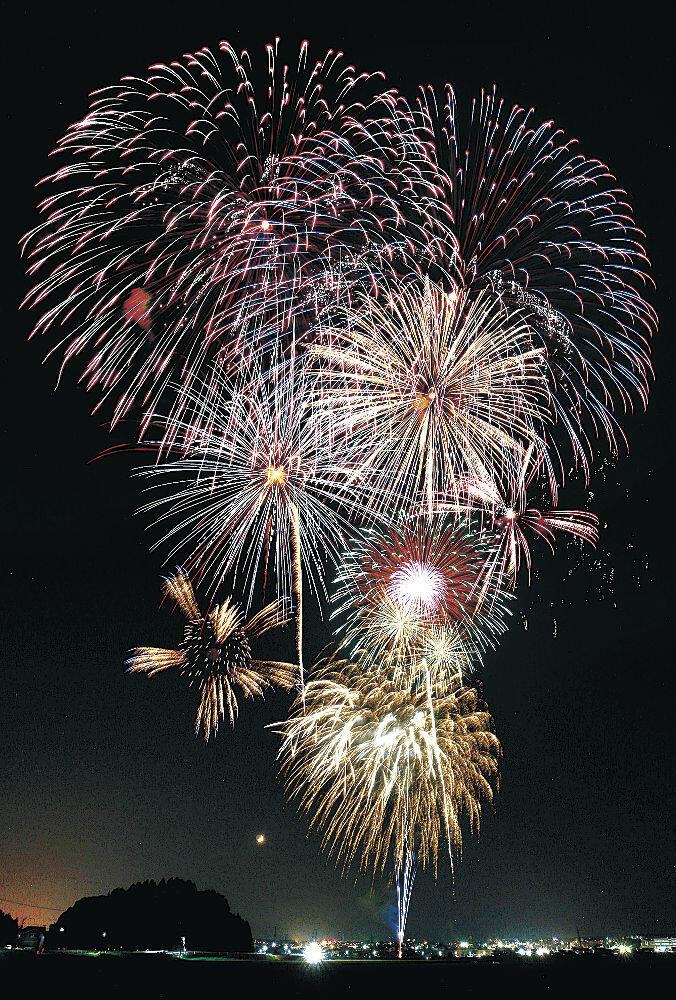 全国の人々へエールを込めて打ち上げられた花火=22日午後8時5分、かほく市内(多重露光)
