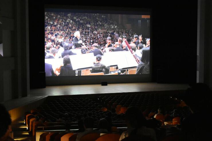 小澤さんの指揮で演奏するサイトウ・キネン・オーケストラを収めた映像