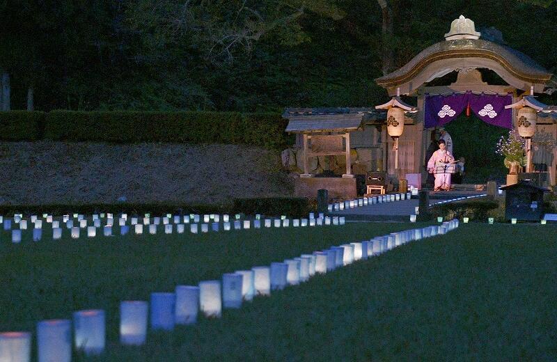青色の光が一乗谷朝倉氏遺跡を照らした万灯夜=8月22日午後6時55分ごろ、福井県福井市城戸ノ内町