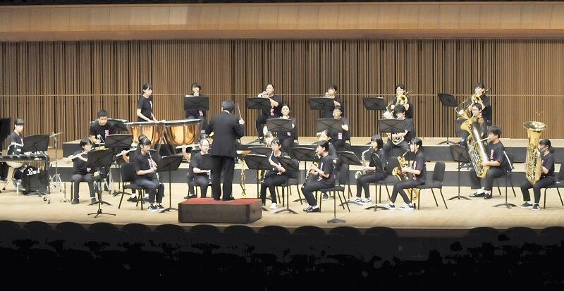 勇ましい演奏を披露した至民中の吹奏楽部=8月22日、福井市の福井県立音楽堂大ホール