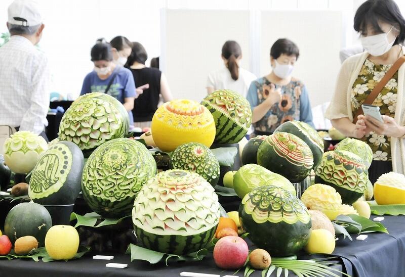 精巧な彫刻が施されたメロンやスイカの作品=8月22日、福井県福井市のハピリン