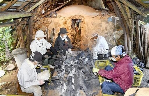 炭の窯出し作業を進める会員=8月23日、福井県勝山市荒土町細野