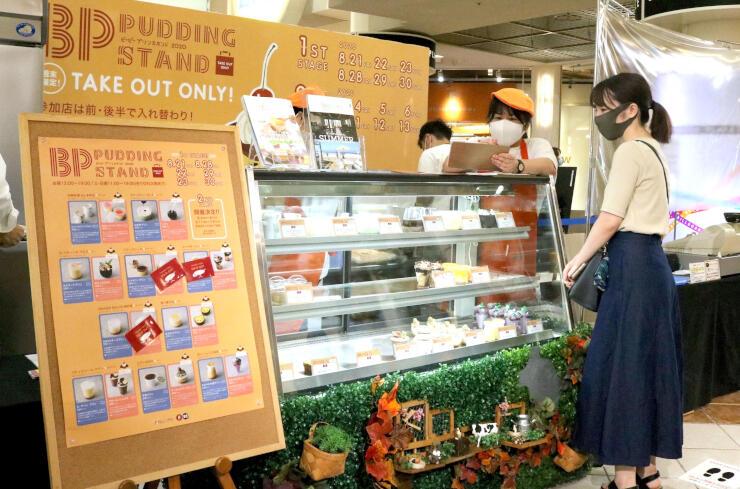 開設初日から多くの人が商品を買い求めた「BPプリンスタンド」=21日、新潟市中央区の万代シテイビルボードプレイス