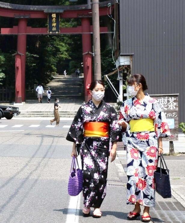 浴衣をレンタルして町歩きを楽しむ女性=弥彦村弥彦
