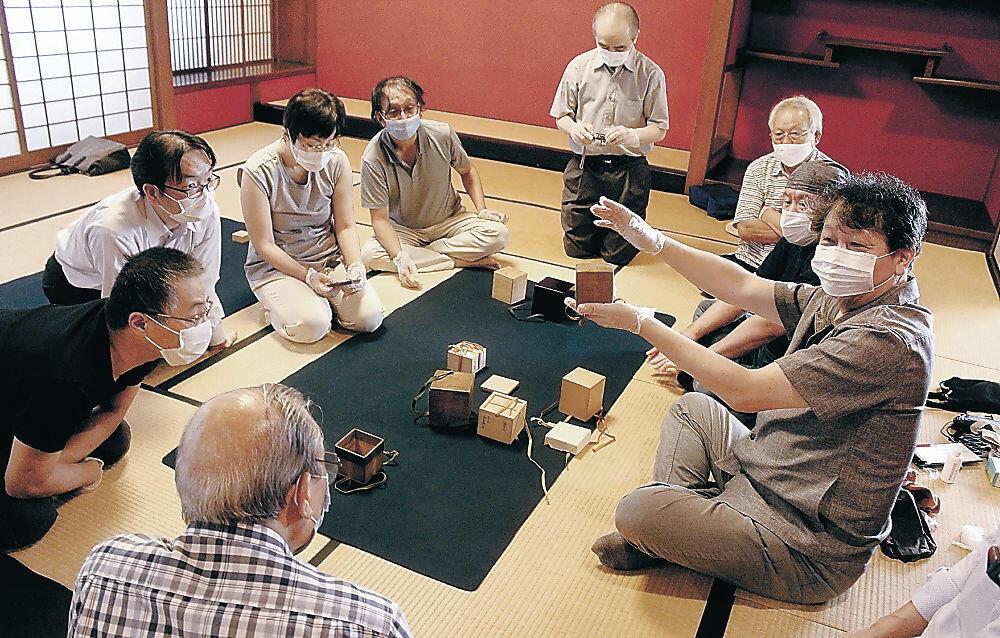 さまざまな桐上箱を鑑賞する会員=金沢市立中村記念美術館旧中村邸