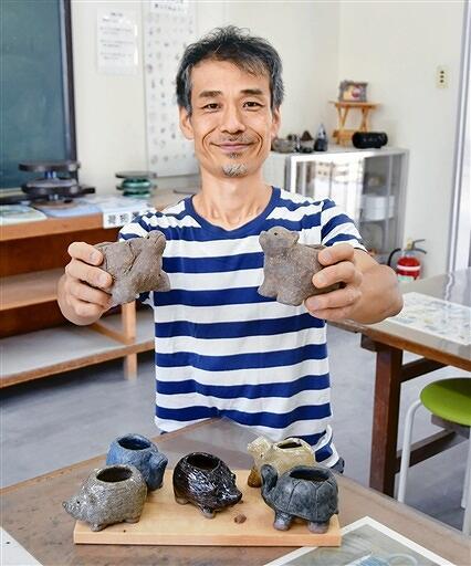 特別講師の大屋さんと、製作するグリーンポットの例=8月25日、福井県越前町の県陶芸館