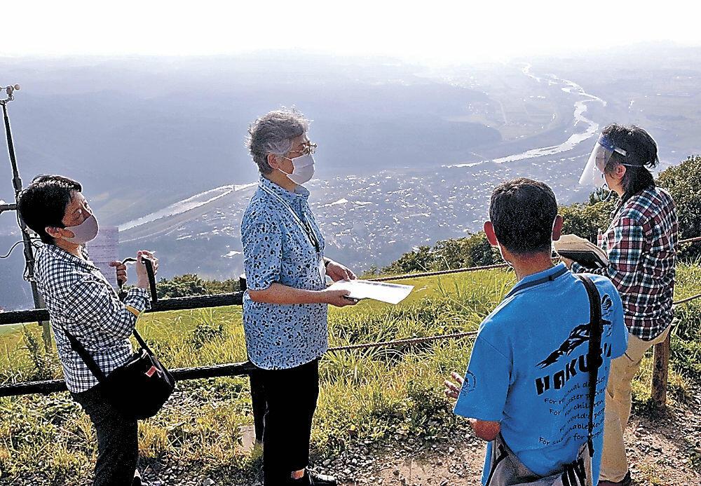磯部会長(右から2人目)から手取川扇状地の説明を受ける調査員3氏=白山市の獅子吼高原