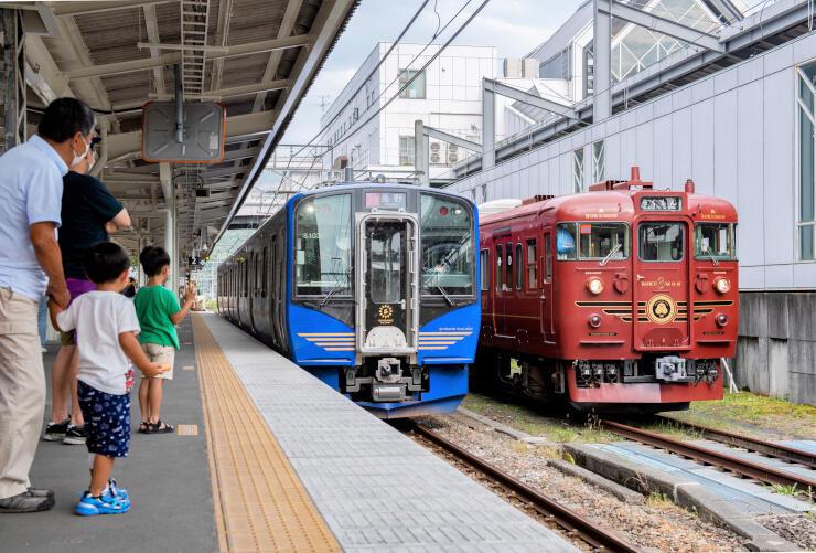 115系の「ろくもん」(右)とSR1系の「軽井沢リゾート号」=9日、軽井沢駅