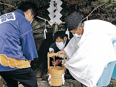 御神水取り 水と火に感謝 小松・菟橋神社の西瓜祭り