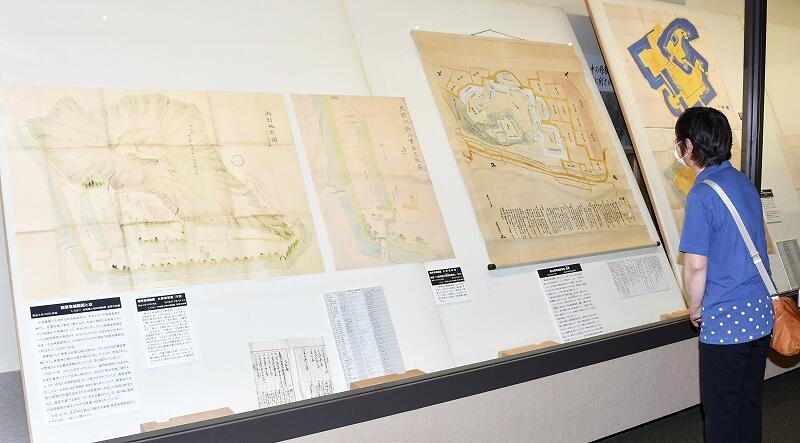 大野城などが描かれた「陸軍省城絵図」などが並ぶ企画展=8月7日、大野市歴史博物館