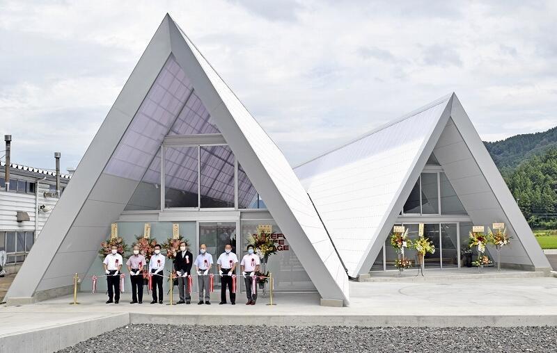関係者がテープカットで完成を祝ったタケフナイフビレッジの新工房=8月28日、福井県越前市余川町