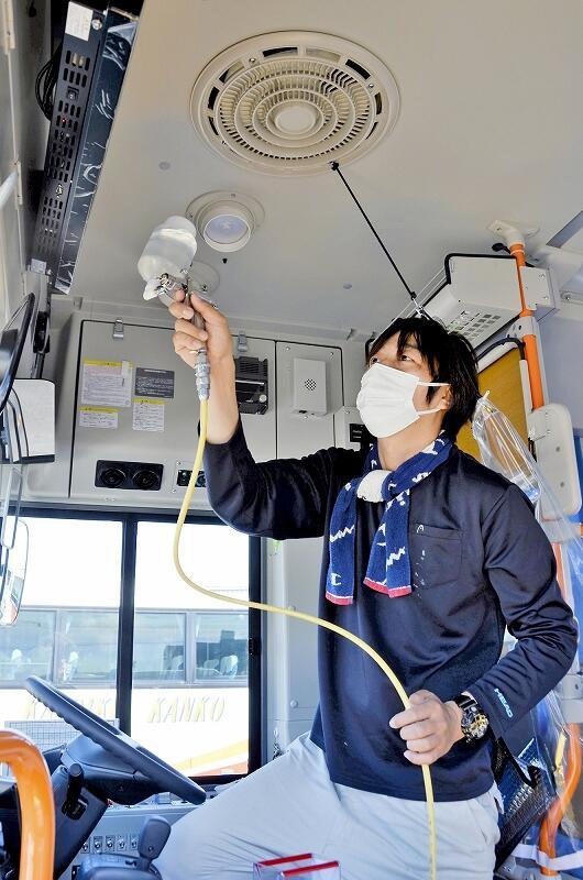 コミュニティーバスの運転席周辺に抗菌・抗ウイルス加工を施す業者=8月29日、敦賀市長沢