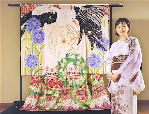 ベラルーシの国鳥のコウノトリを描いた着物を制作した女性=京都市勧業館みやこめっせ(女性提供)