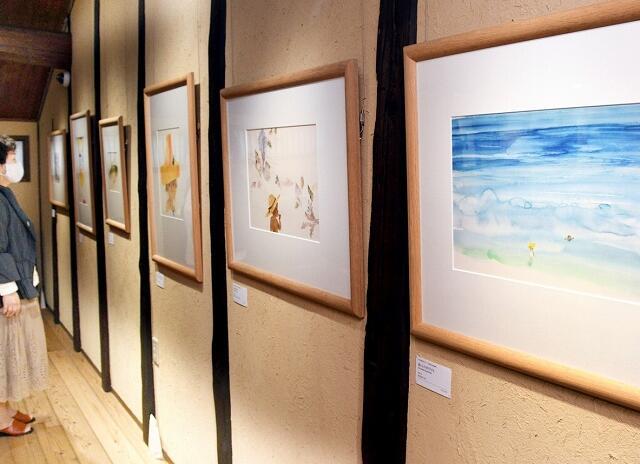 海やカブトムシなど夏を象徴する題材と子どもを描いた絵が並ぶ展示=福井県越前市天王町の「ちひろの生まれた家」記念館