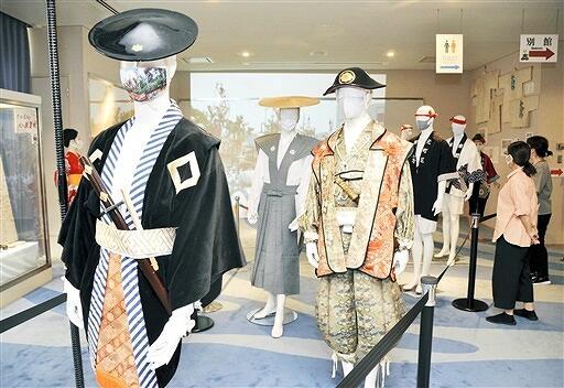 山車巡行を先導する奴や引き手の衣装が並ぶ展示=9月2日、福井県敦賀市のみなとつるが山車会館