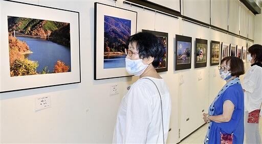 風景写真など力作が並ぶ作品展=9月1日、福井県鯖江市まなべの館