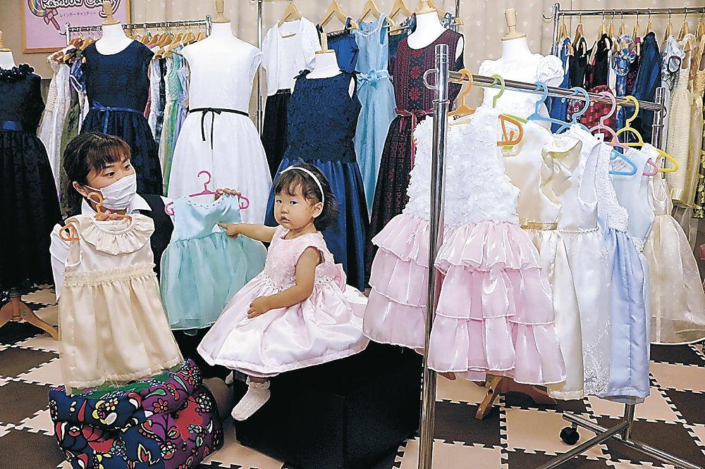 華やかなドレスを試着する子ども=中能登町内