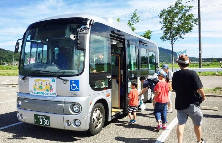 週末に運行している「にしかん観光周遊ぐる~んバス」。利用者のニーズに応え、弥彦村まで延伸する=新潟市西蒲区