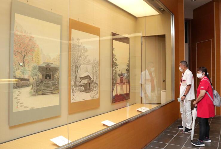 良寛と交流のあった人たちの作品が並ぶ「良寛と良寛をめぐる人々展」=長岡市島崎の良寛の里美術館