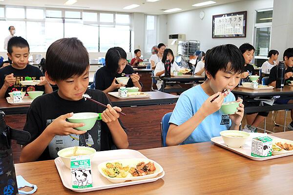 滑川産てんたかくの新米を味わう児童=滑川市寺家小学校