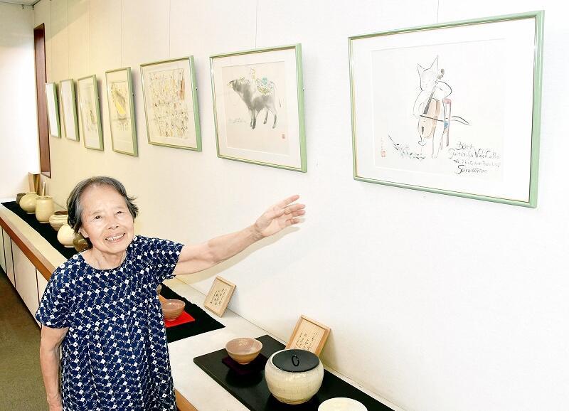 雨田さんの絵画といもじ焼を見ることができるギャラリー喜多村のオーナー喜多村さん=9月3日、福井県敦賀市鋳物師町