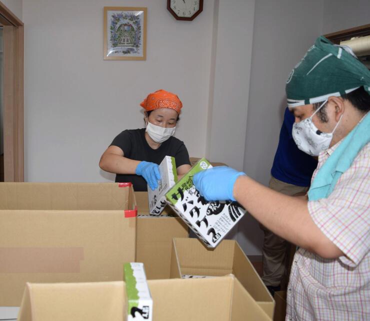サバタケの箱詰め作業をする「ももの木」の利用者たち