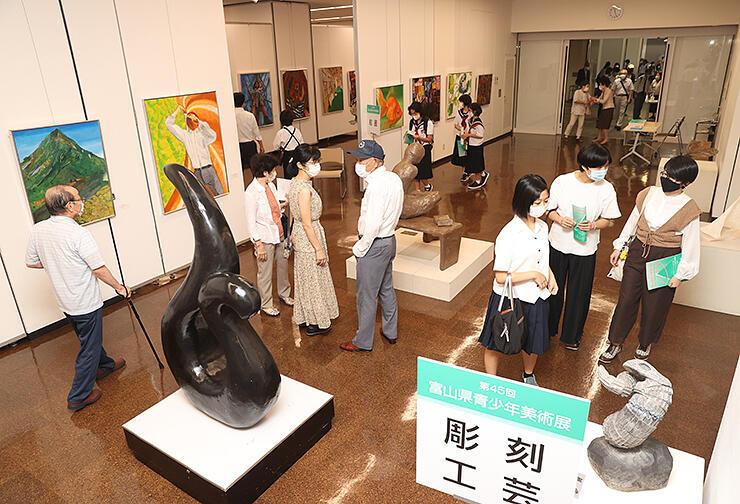若い感性あふれる作品が並ぶ県青少年美術展=県民会館