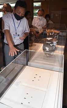 三内丸山遺跡で出土した星ケ塔産の黒曜石の矢尻(下)も展示されている