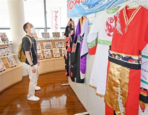 昨年の出場チームの写真や衣装が並ぶPR展=9月5日、小浜市食文化館