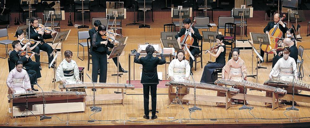 弦楽器と箏で情緒あふれる旋律を披露する出演者=金沢市の県立音楽堂コンサートホール