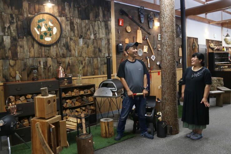森の中での暮らしをテーマにした「里山CAMPUS」をオープンした二川さん夫妻
