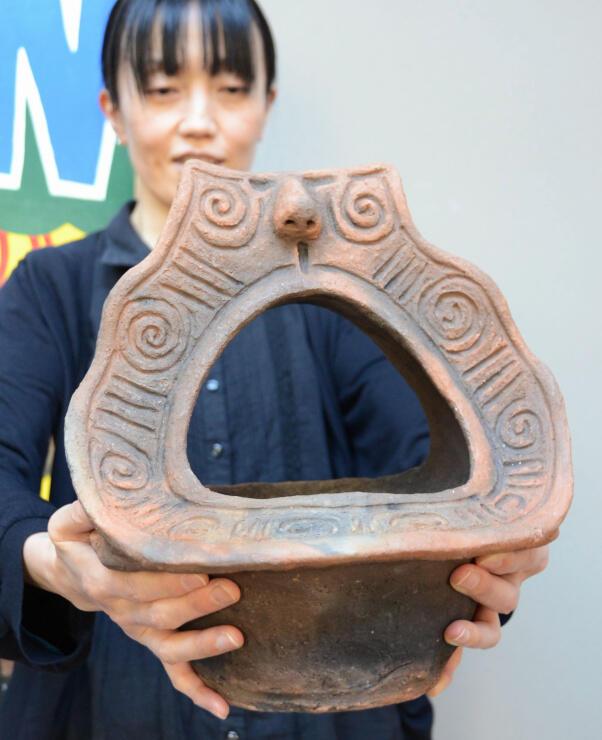 返礼品に加えた県宝の縄文土器のレプリカ
