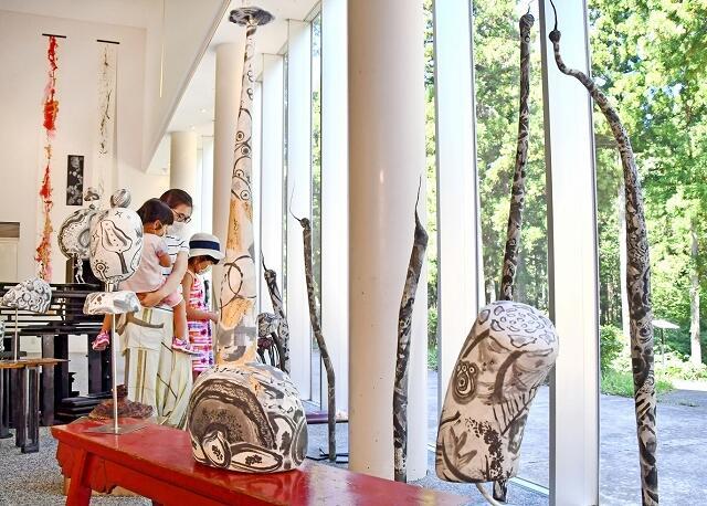 独特の世界観を表現している個展「信生の杜」=福井県あわら市の金津創作の森美術館