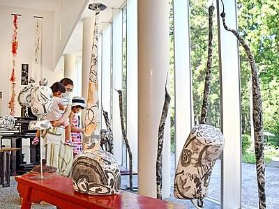 和紙と墨で独創的表現 金津創作の森で造形作家つたにひろこさん個展 9月13日まで