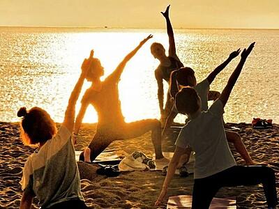 夕暮れの波音、ヨガ満喫 福井県坂井市の三国サンセットビーチ